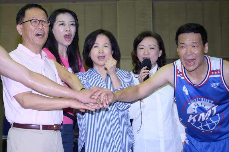 20180926-KMT籃球隊與建中籃球隊比賽,台北市長參選人丁守中(左一)、台北市議員闕枚莎(左二)、吳敦義妻子蔡令怡(中)與鍾小平(右一)一同喊聲造勢。(甘岱民攝)
