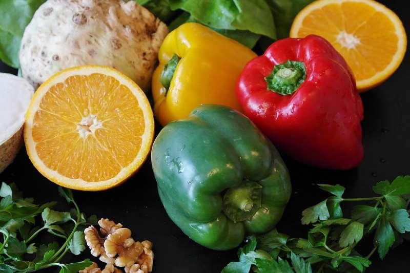 蔬果該怎麼洗才不會把農藥吃下肚?原來洗跟切的順序,竟然會影響農藥的殘留!(示意圖/RitaE@pixabay)