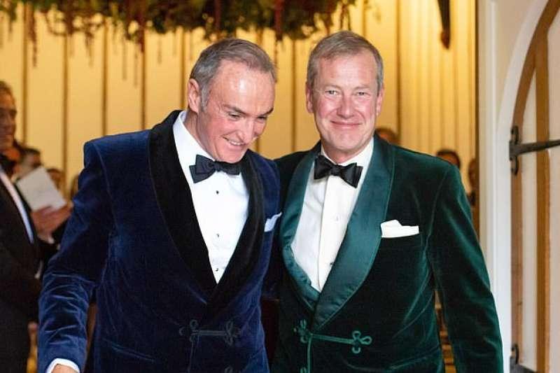 英國女王遠房表親蒙巴頓爵士(右)與同性伴侶柯伊爾終於完婚(翻攝網路)
