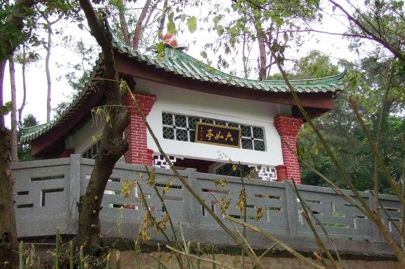 蘇軾遵照朝雲的遺願將她安葬在惠州城西豐湖邊的一座小山丘上,墓上築六如亭以紀念她。(圖/維基百科)