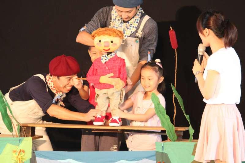 「土豆與毛豆」兒童劇由真人演員搭配執頭偶演出。(圖/國立新竹生活美學館提供)