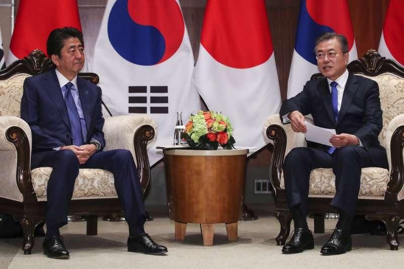 南韓總統文在寅與日本首相安倍晉三。(美聯社)