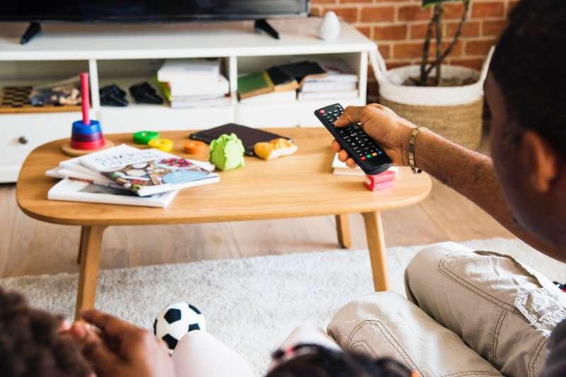 作者指出,自1993年有線電視法制定以來,有線電視費率就必須受到政府管制,在過去「一區五家」到「分區獨占」的時代,費率管制向來是有線電視系統的緊箍咒。(Photo by rawpixel on Unsplash)