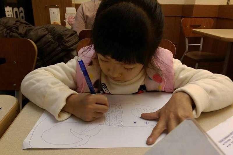 擁有複雜先天心臟病的女童綺綺在2個月前離世,生前的插畫創作經許多奔波後終於在LINE平台上市,爸媽希望藉由這份貼圖讓大家記住綺綺的故事之外,也能更珍惜人與人之間的關係。(取自Jin-Chung Shih臉書)