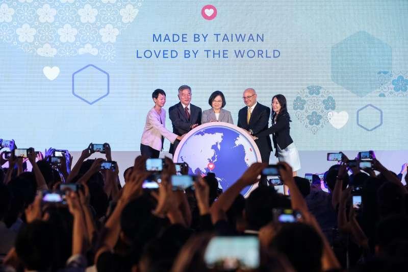 20180927-總統蔡英文(中)、Facebook全球副總裁暨亞太區總裁唐立洋(Dan Neary)(右2)、經濟部長沈榮津(左2)27日出席 Facebook Made by Taiwan 活動。(顏麟宇攝)