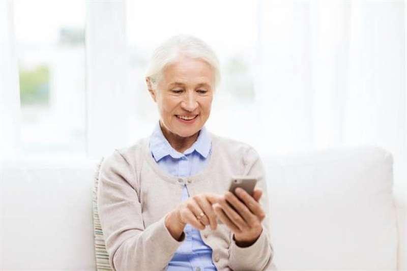行政院最新調查顯示,上網不再是年輕人專利,60~64歲的的「準銀髮族」網路使用率77.6%,年增率15.6個百分。示意圖,與新聞個案無關。(資料照,特力屋好幫手提供)
