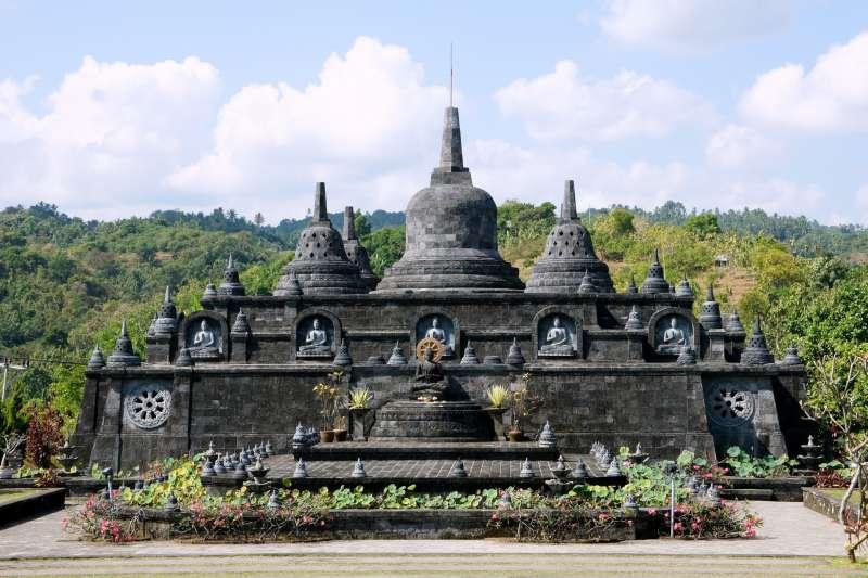 西方遊客在峇里島神廟古蹟的無禮之舉,讓印尼政府怒了!(圖/pixabay)