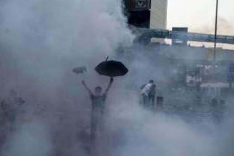 這一代香港人難以忘記的催淚彈畫面。(BBC中文網)