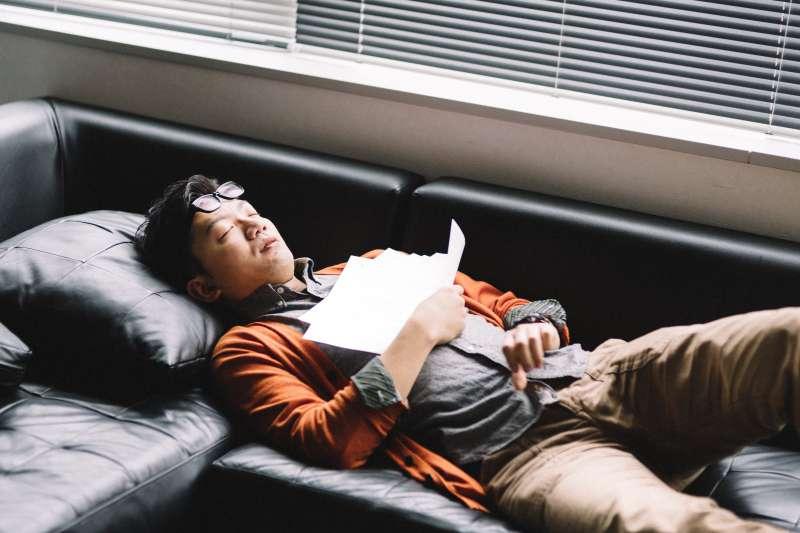 睡覺老是打呼,不只影響枕邊人睡眠品質,更可能是身體發出警訊(示意圖非本人/pakutaso)