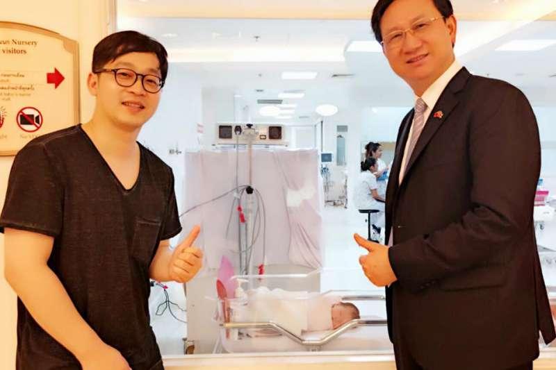 駐泰大使童振源(右)「機要秘書」林子揚(左)被外界指稱特權外派又領高薪。(取自童振源臉書)