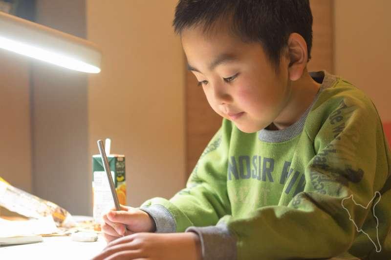 孩子不願意寫作文,很多家長會直覺認定他們是討厭寫字,甚至很多家長會歸咎於孩子不認真,才會寫字寫得醜、寫得慢,搞得每次寫作文就像在翻舊帳,當然孩子一看到作文就投降了。(圖/Norihiro Kataoka@flickr)