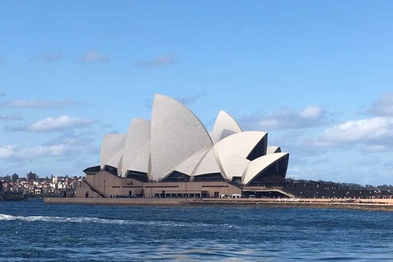 雪梨擁有全球最大的天然海港雪梨港,以及彎彎曲曲、超過七十個小海港和海灘,很多沙灘都有市政府搭建的固定烤肉設備,隨時歡迎市民BBQ。圖為雪梨歌劇院(圖/曾詩婷攝)