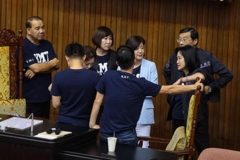 20180928-國民黨立院黨團28日一早便佔領議場主席台。(顏麟宇攝)