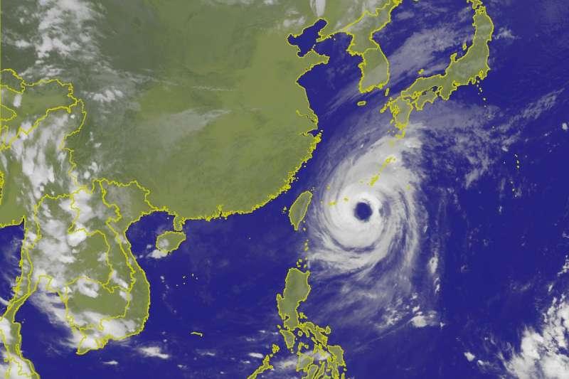 中央氣象局表示,「潭美」颱風將在今(28)晚至明晨最接近台灣,至於目前位於關島東南方的熱帶性低氣壓,最快在週六就會生成今年第25號颱風「康芮」,預估下周三接近台灣。(取自中央氣象局)