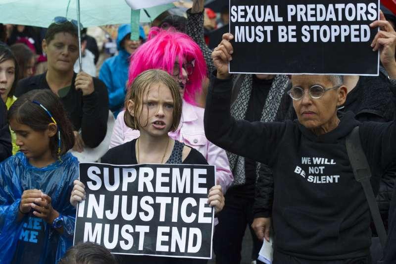 在街頭聲援福特的民眾舉著「最高不正義必須終結」、「性侵加害人必須被阻止」。(美聯社)