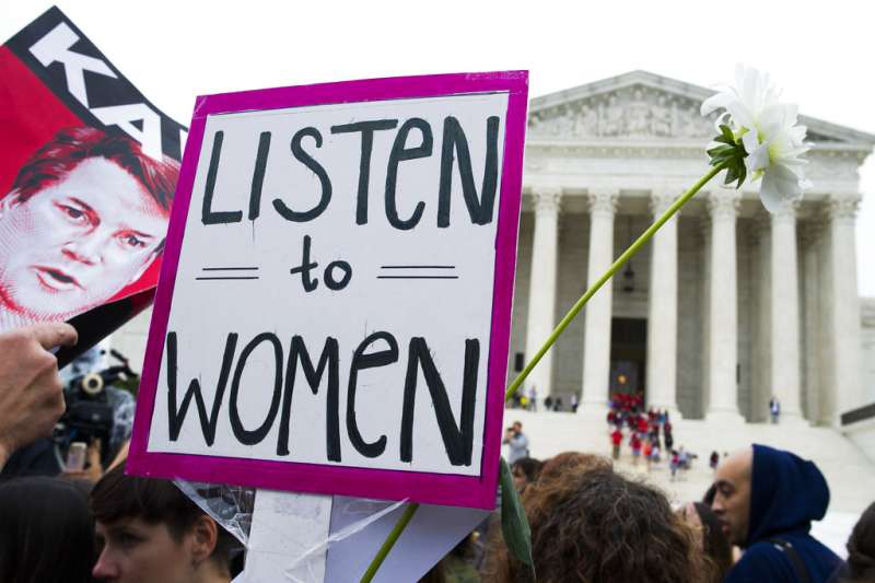 在最高法院外,聲援福特的民眾高舉「傾聽女人」的標語。(美聯社)