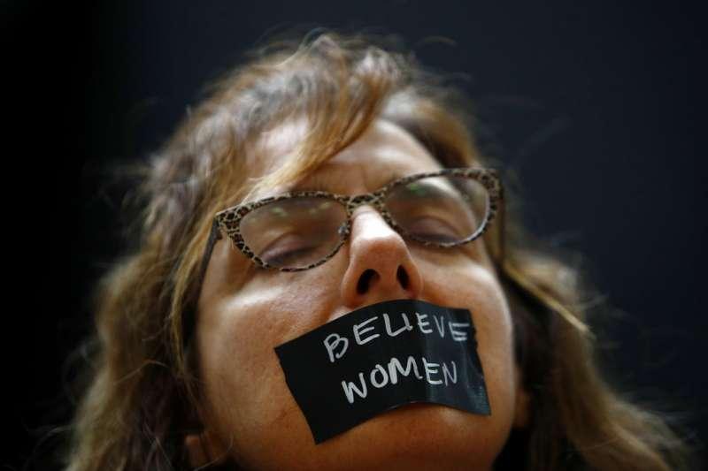 在最高法院外,聲援福特的民眾臉上貼著「相信女人」的標語。(美聯社)