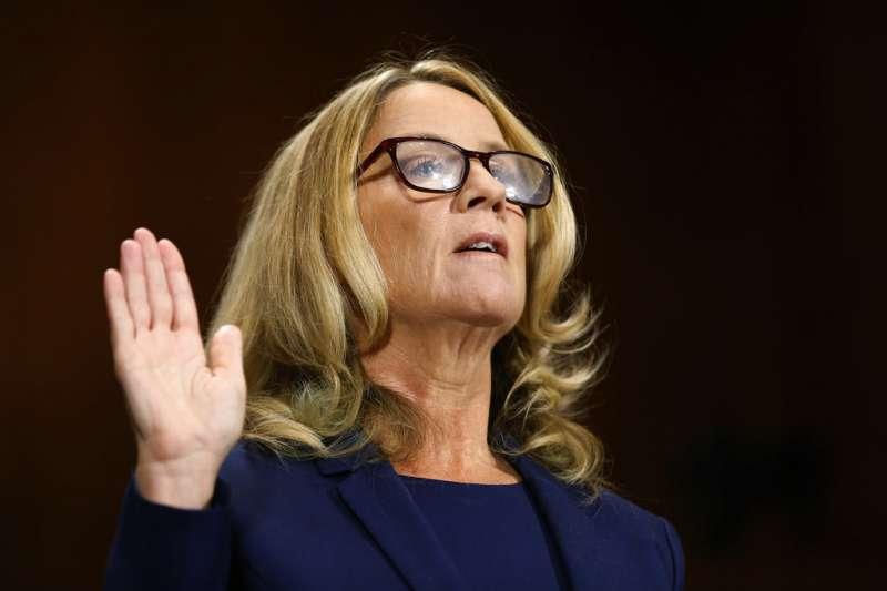 在參院聽證會上作證的福特教授。(美聯社)