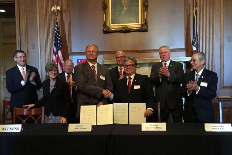 2018年9月26日,台灣農產品貿易訪問團與美國大豆協會,在美國國會山簽署美國農產品採購意向書。(美國之音)
