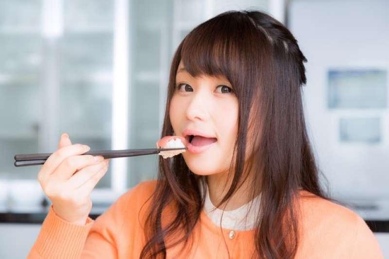 日本壽司的份量,幾乎製作成能一口吃下的大小,若分成兩或三口食用,會讓師傅認為是他做的不夠美味,是相當失禮的行為。(取自PAKUTASO)