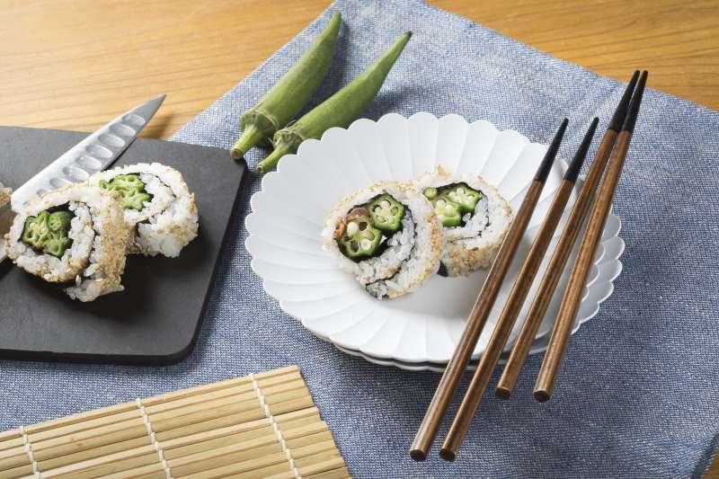 日本人相當重視餐桌禮儀,用餐若將筷子放在碗盤上代表「用餐完畢」,日本人習慣使用筷架,通常用完餐都是將筷子擺放在筷架上頭的。(取自PAKUTASO)
