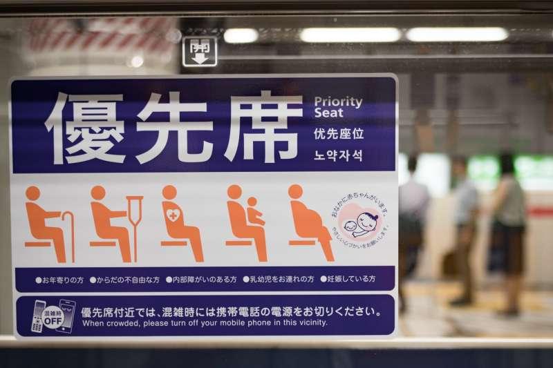 日本人個性好強,在大眾交通工具上沒有「讓座」文化,反而會用「技巧性」的方式讓座,避免雙方尷尬。(取自PAKUTASO)