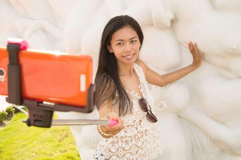 出國旅遊幾乎人手一支自拍棒,想記錄身邊的美景,但日本有不少景點和神社禁止旅客使用自拍棒,使用時需特別注意。(取自PAKUTASO)