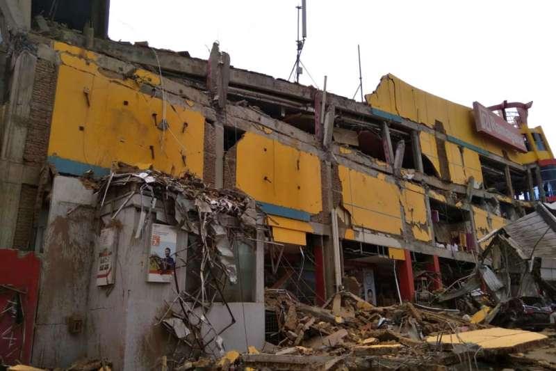 2018年9月28日,印尼蘇拉威西島發生規模7.5強震,引發3公尺海嘯,災區建築物受損。(AP)