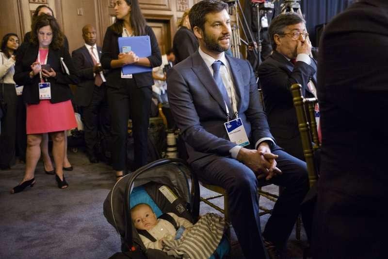 當媽媽在台上發表演說,雅頓3個月大的女兒妮芙待在台下的身影,成為媒體焦點。(AP)