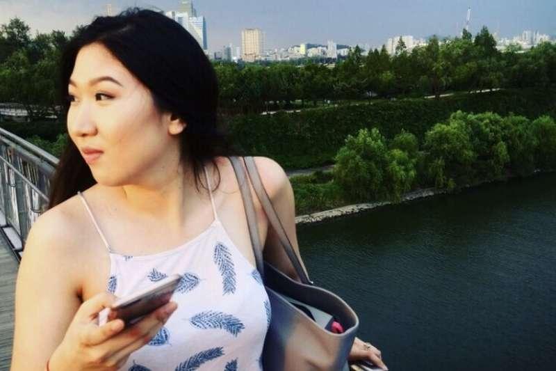 留學美國的李素娟說,「我告訴我媽媽,我感覺這就是個邪教,但她不相信我。」(圖/BBC中文網)