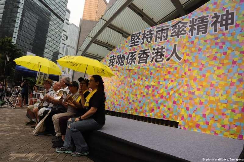 4年前的9月28日下午5時58分,催淚彈揭開了香港雨傘運動的序幕。四年後,多個團體依舊在原地紀念,包括即將面臨審訊的運動領袖,寄語港人勿忘初心。(DW)