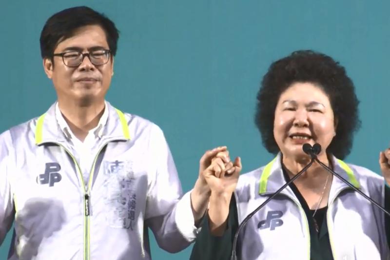 總統府秘書長陳菊(右)29日出席高雄市長參選人陳其邁(左)在農漁水利會的後援會成立大會。(翻攝自陳其邁臉書直播影片)