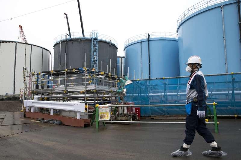 日本經濟研究中心預估,要完整處理福島核災事故最高恐需花費81兆日元,相當於22兆新台幣。圖為福島核電廠的放射性污水儲存槽。(資料照,美聯社)