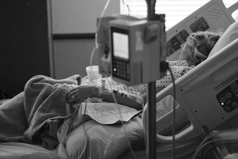 醫療 醫院 照護 病床 病房 重症。(取自Parentingupstream@pixabay/CC0)