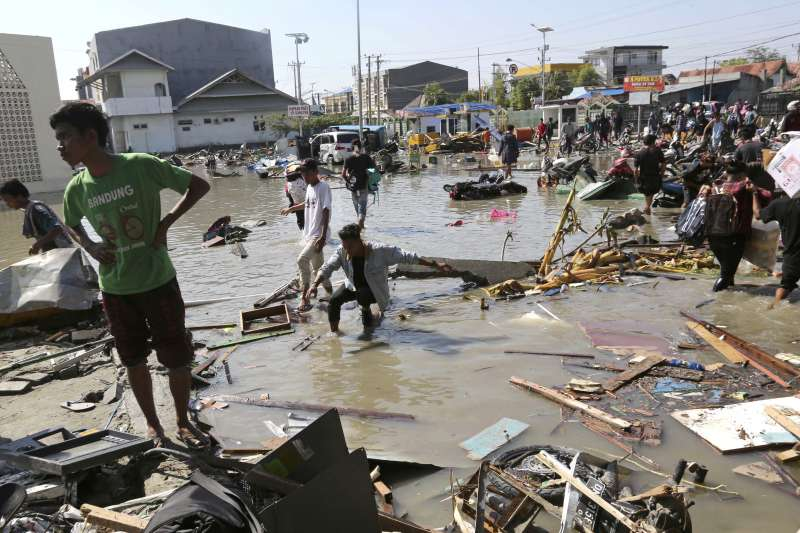 2018年9月28日,印尼蘇拉威西島發生芮氏規模7.5強烈地震,引發6公尺高的海嘯,造成慘重災情(AP)