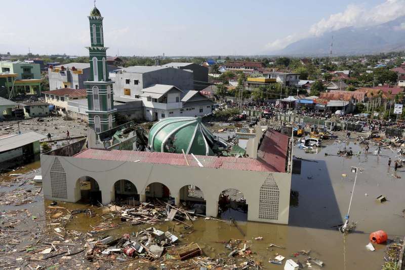 2018年9月28日,印尼蘇拉威西島發生芮氏規模7.5強烈地震,引發6公尺高的海嘯,造成慘重災情,清真寺也被沖毀(AP)