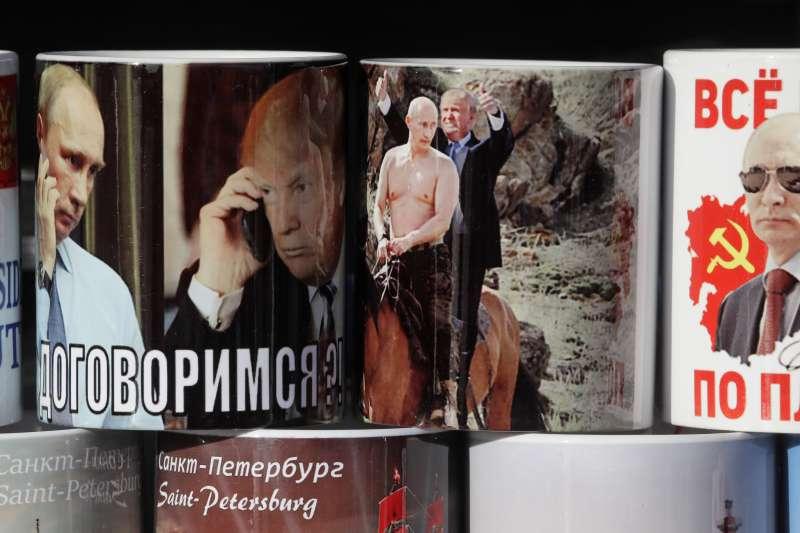美國總統川普與俄羅斯總統普京的周邊馬克杯。(美聯社)