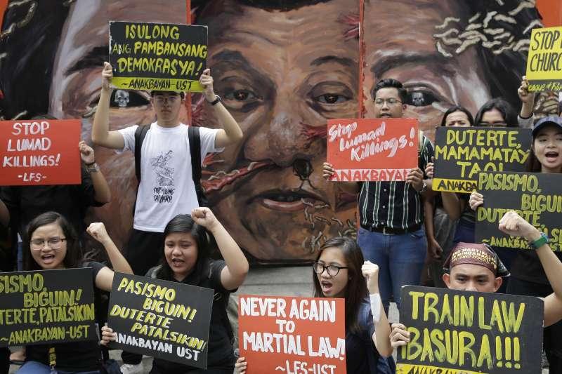 9月21日,菲律賓民眾抗議杜特蒂的獨裁治國,並要求終止血腥的掃毒行動(美聯社)