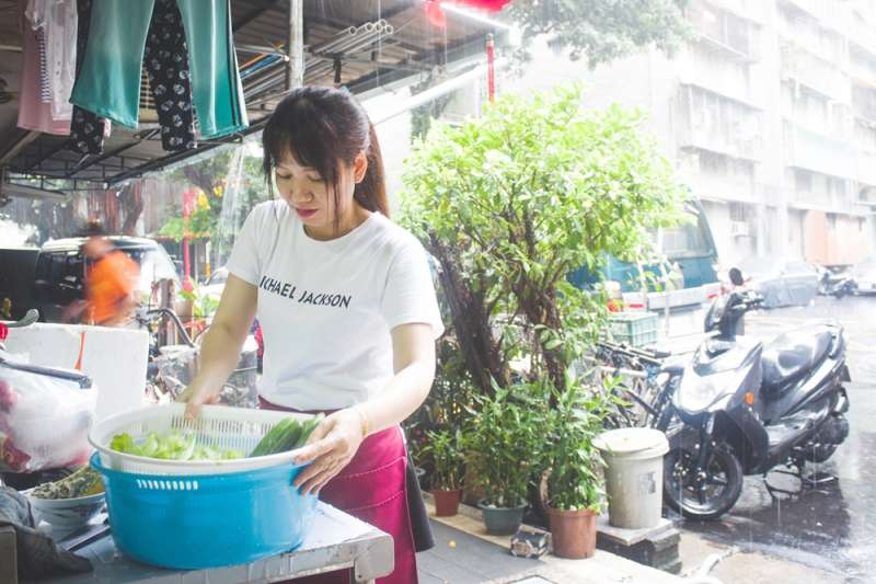 「我希望我能幫助人,我來台灣很多人幫助我,我現在能幫忙……」每個來到台灣的越南女性都有各自的辛酸,而小星星選擇開店助人(辛母羊攝影;人生百味提供)