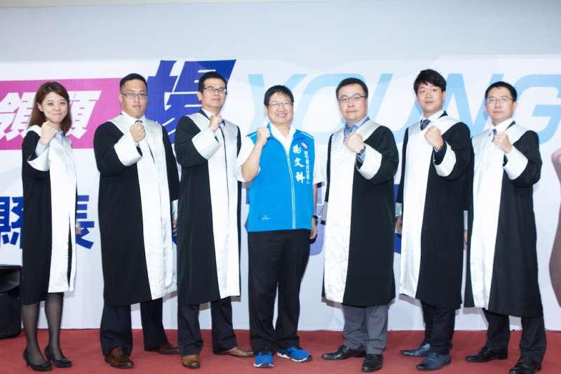 新竹律師公會前理事長楊明勳(右三)帶領五位法律尖兵,正式成立楊文科律師後援會。(圖/楊文科競選總部提供)
