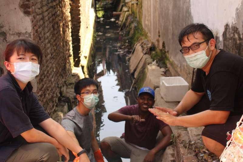台灣科技大學主導的「行動工程師」計畫化工系學生王子豪所屬的團隊與ITS學生合作,為當地居民製作河川攔污柵,可以定期清理,避免居民丟的垃圾直接流入海中。(台科大「行動工程師」師生提供)