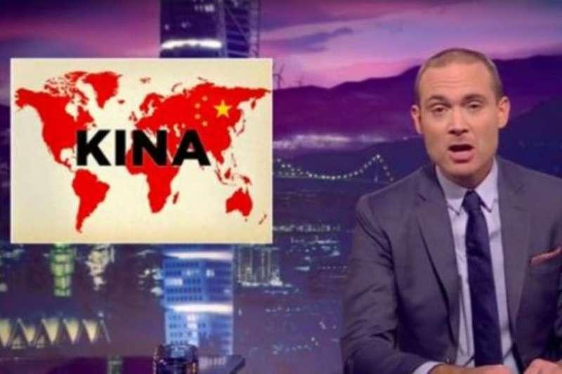 瑞典電視台主持人倫達爾9月28日使用改版世界地圖諷刺中國。(美國之音)