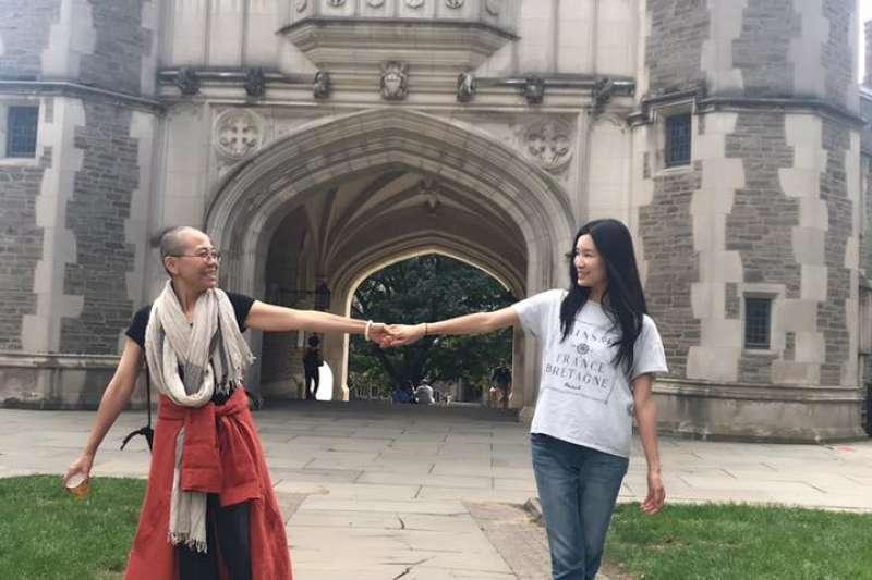 劉霞與余杰妻子劉敏在美國相聚。(翻攝余杰臉書)