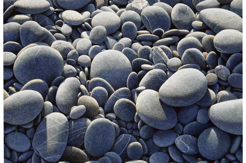 周珠旺極度擬真的畫技,最常描繪看似無機的卵石。事實上石頭時時刻刻皆在變化,有機的很,而且終有一日回歸塵土──這正是周珠旺常藉物隱喻之處。(作者提供)