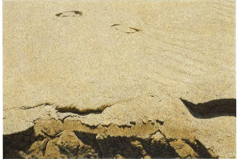 由山一般的巨石陣(上),到較貼近地面的卵石(中),再到像是剎那即會隨風而逝的沙塵(下),周珠旺藉畫建構的抽象世界,恰恰也等於真實的地質序列。(作者提供)