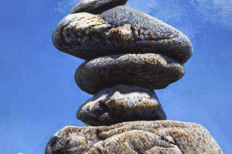 不同於上述卵石、塵沙等系列畫作,乃以類似「神」的鳥瞰角度俯視人間,周珠旺的「石敢當」系列為彷彿向上天祈求的仰角──且特意留有不少人的筆觸。(作者提供)