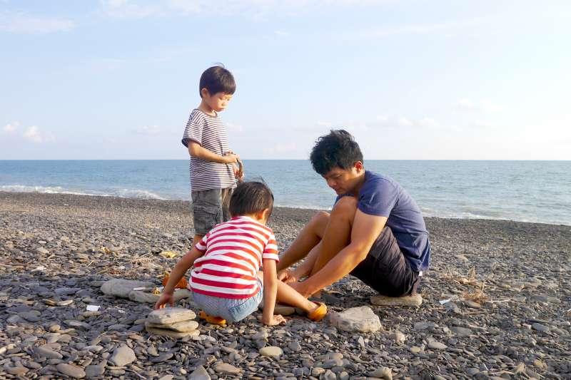 除了畫畫與吃飯這兩件每天必做的事,周珠旺幾乎唯一的活動是在傍晚和家人一起去海邊。試堆的物件與眼見的風景也可能是題材,例如下圖中的堤防。(作者提供)