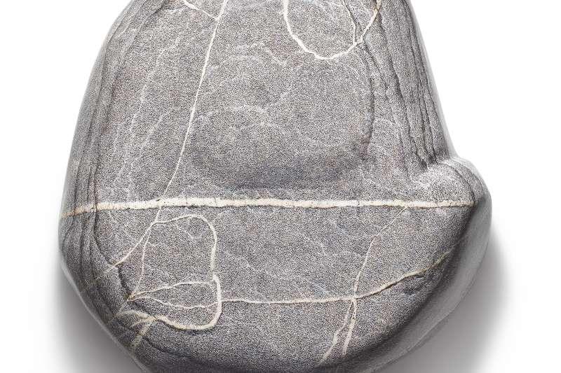 這是畫家「發明」的奇石,而且真有厚度,顏料層層堆疊3至5公分,加繪陰影之後更添立體感與憑空而起的神秘性。(作者提供)