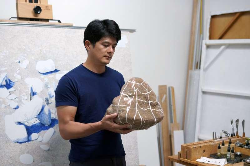 畫家並在木製石頭作品背面自製能選擇方向懸掛的鉤子,也可以平面展示。重點是木製的它非常輕。(作者提供)