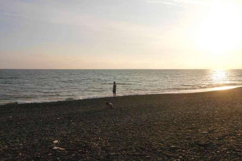 作者認為,藝術家周珠旺日前在高雄市立美術館舉行「石海之渡」個展,畫作透過真假交融的意境,讓人恍惚以為遁入了天地之間。(作者提供)
